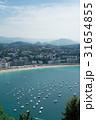 スペインサンセバスチャンの山の上から見えるきれいな海岸線とヨットと遠くに見える山々 31654855