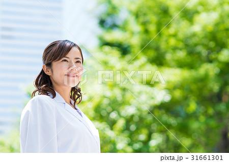 白衣の女性(新緑) 31661301