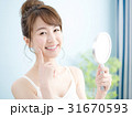 女性 スキンケア 鏡の写真 31670593