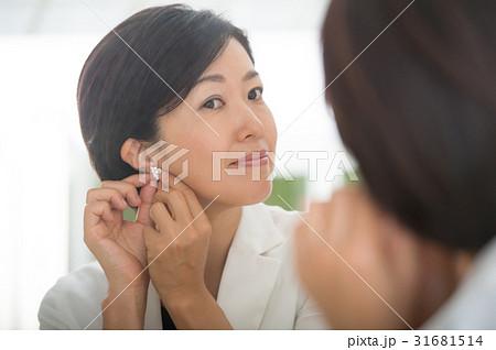 イヤリングをつける女性 31681514