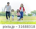 公園を走る4人家族 31688318