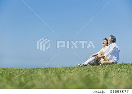 シニア夫婦 草原と青空 31698377