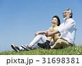 シニア夫婦 草原と青空 31698381