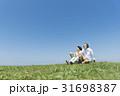 シニア夫婦と犬 草原と青空 31698387
