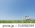 シニア夫婦と犬 草原と青空 31698399