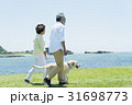 シニア夫婦と犬 草原と青空 31698773
