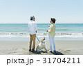 シニア夫婦と犬 浜辺 31704211