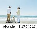 シニア夫婦と犬 浜辺 31704213
