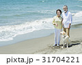シニア夫婦と犬 浜辺 31704221