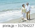 シニア夫婦と犬 浜辺 31704227