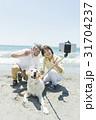 シニア夫婦と犬 浜辺 31704237
