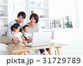 家族 4人 ノートパソコンの写真 31729789
