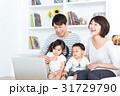 家族 4人 ノートパソコンの写真 31729790