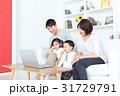 家族 4人 ノートパソコンの写真 31729791