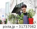 植木鉢を持つ男性 31737062