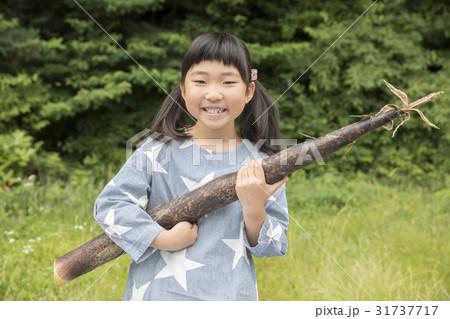 竹の子を抱える女の子 31737717