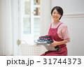 洗濯物をたたむミドル女性 31744373