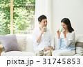 夫婦 リビング ソファの写真 31745853
