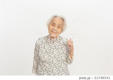 シニアの女性  ジェスチャー 白髪 31746541