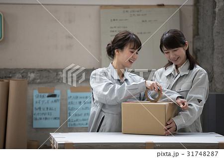 物流 倉庫 働く人々 梱包作業 31748287