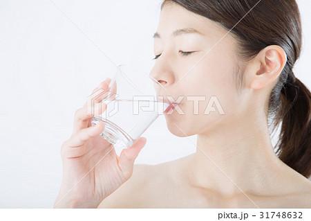 若い女性(ビューティーイメージ、ミネラルウォーター) 31748632