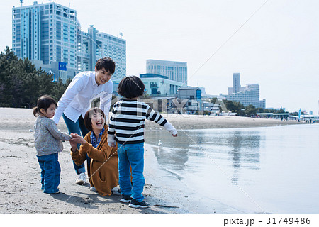 ファミリー 砂浜 31749486