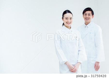 白衣の男女 31750420