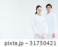 男女 白バック 医師の写真 31750421