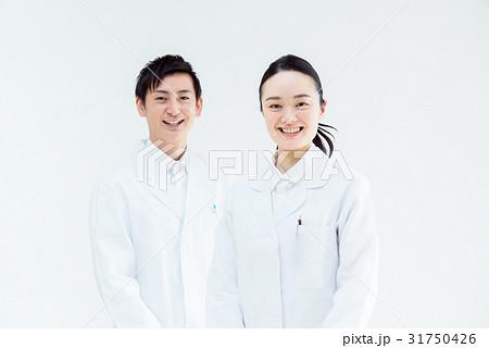 白衣の男女 31750426