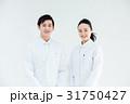 男女 白バック 医師の写真 31750427