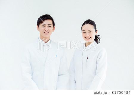 白衣の男女 31750484