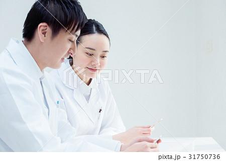 白衣を着た男女 31750736
