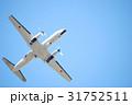 晴天の大空に飛び立つ飛行機 31752511