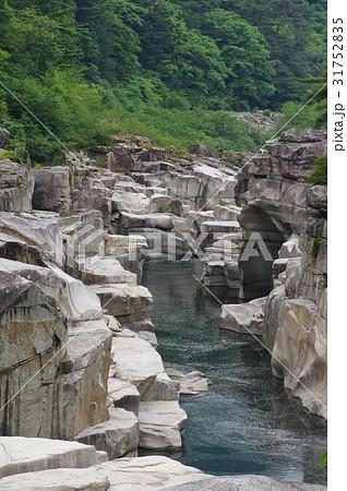 信州 木曽路の景勝 寝覚の床 木曽川に侵食された奇岩がならぶ 浦島太郎伝説も残る 31752835
