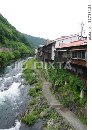 信州 木曽路 木曽福島の木曽川と崖屋造り(がけやづくり)の家並み 31753181