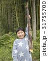 竹の子を持ち上げる女の子 31755700