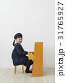 ピアノを弾く子供 31765927