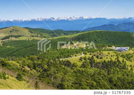 信州・長野県長和町美ケ原高原山頂から美ケ原自然保護センター方向を見る 31767330