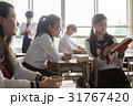 休み時間に自習をする女子高生 31767420