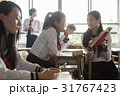 休み時間に参考書を見る女子高生 31767423