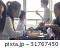 教室でお弁当を食べる高校生 31767450