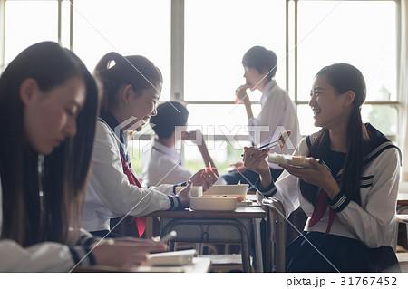 教室でお弁当を食べる高校生 31767452