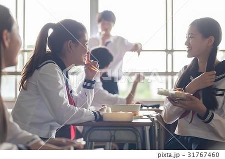 教室でお弁当を食べる高校生 31767460