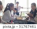教室でお弁当を食べる高校生 31767461
