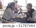 教室でお弁当を食べる高校生 31767464
