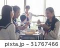 教室でお弁当を食べる高校生 31767466