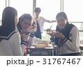 教室でお弁当を食べる高校生 31767467