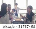 教室でお弁当を食べる高校生 31767468