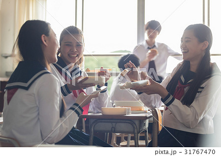 教室でお弁当を食べる高校生 31767470
