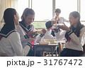 教室でお弁当を食べる高校生 31767472